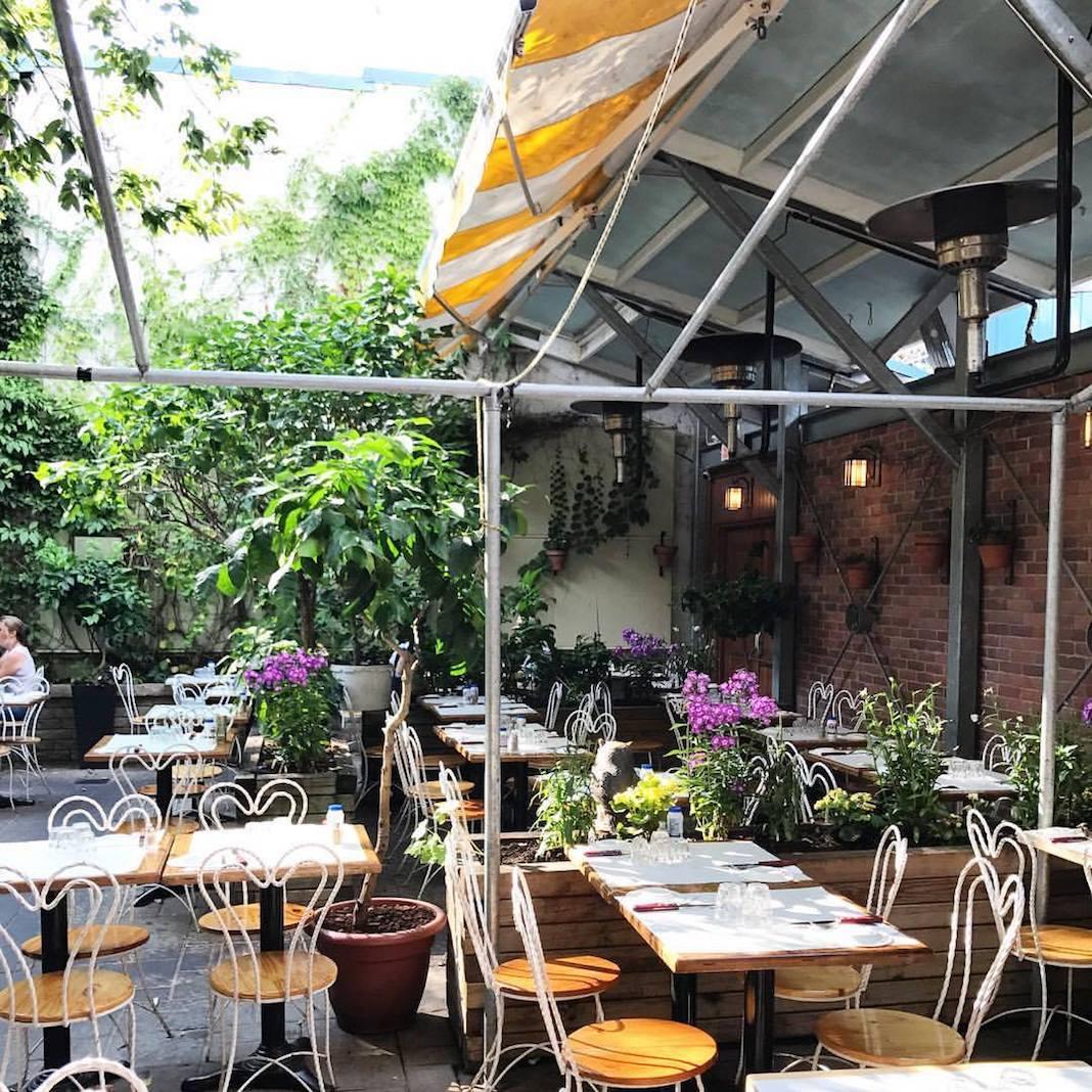 Terrasse Le Jardin De Panos Maudits Francais